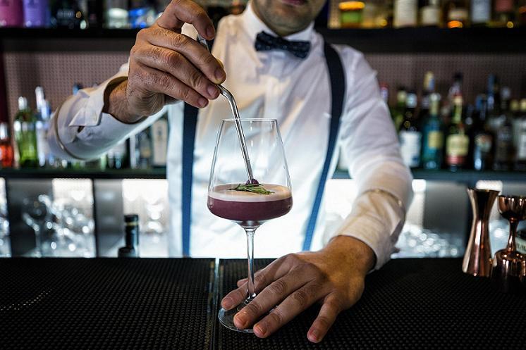 Tema de capa sobre bartenders: reportagem com Helder Rodrigues, bartender na Tasca de Santana.