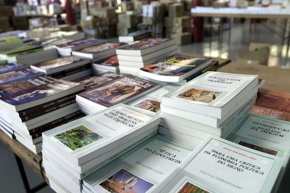 feira do livro usado mercado ferreira borges 1.2.2002 foto j.paulo coutinho
